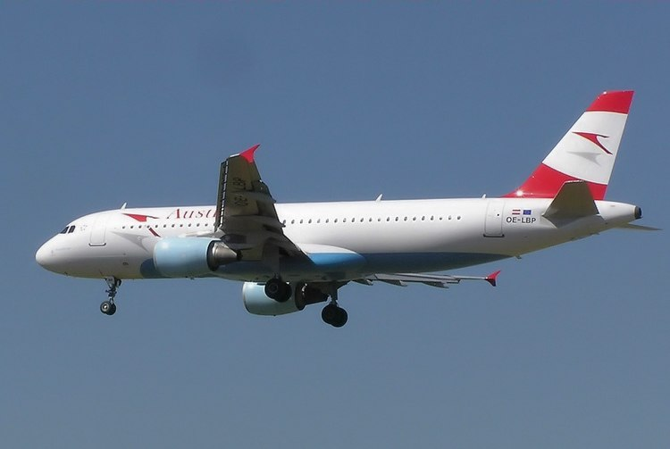 Austrian Airlines A320-214 (OE-LBP) approaching London Heathrow Airport