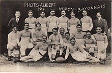 Photographie sépia de 19 sportifs. La représentation porte l'inscription : photo Aubert 1914 - Aviron bayonnais.