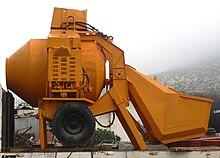 pompa per calcestruzzo betoniere e mescolatori x malte e calcestruzzi 220px-B%C3%A9tonni%C3%A8re_de_chantier