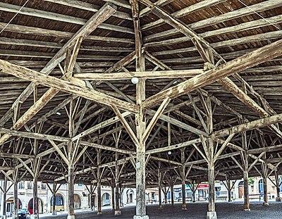Beaumont-de-Lomagne - La halle - L'intérieur.jpg