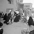Bedoeïenenvrouwen in traditionele klederdracht met kinderen op de markt terwijl , Bestanddeelnr 255-3450.jpg