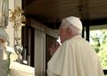 Bento XVI oferece a Rosa de Ouro ao Santuário de Fátima (12 de Maio de 2010).png