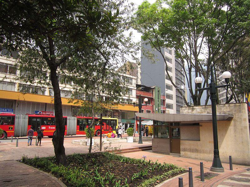 File:Bogotá Calle 13 con carrera 5 Eje Ambiental barrio La Catedral de La Candelaria.JPG