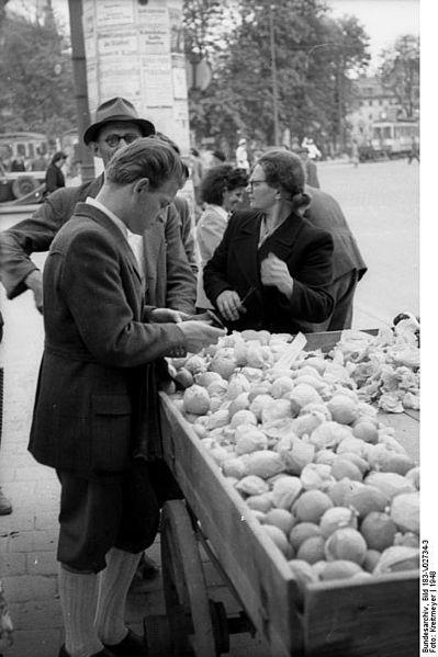 File:Bundesarchiv Bild 183-V02734-3, München, Verkauf von Zitronen.jpg