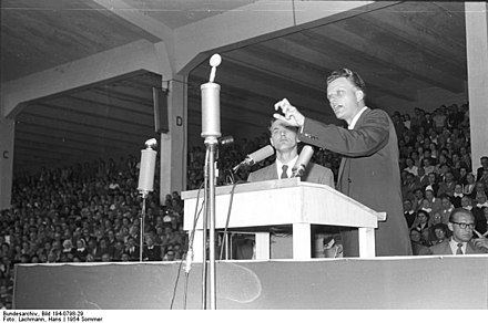 The evangelical revivalist Billy Graham in Duisburg, Germany, 1954 Bundesarchiv Bild 194-0798-29, Dusseldorf, Veranstaltung mit Billy Graham.jpg