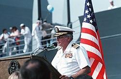 ویل راجرز، فرماندهٔ ناو وینسنس در حال سخنرانی در سندیگو، کالیفرنیا در ۲۴ اکتبر ۱۹۸۸ (۳ ماه پس از حادثه) در مراسم «خوشآمدگویی ناو وینسنس» بهخاطر بازگشت از مأموریت ۶ ماهه در غرب اقیانوس هند و خلیج فارس و دریای عرب.