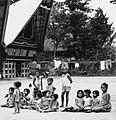 COLLECTIE TROPENMUSEUM Een groep kinderen voor adathuizen in het dorp Simanindo TMnr 20000149.jpg