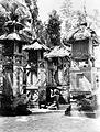 COLLECTIE TROPENMUSEUM Een vrouw brengt geknield voor een godenhuisje op het achterste deel van een tempelcomplex op Bali een eerbetuiging voor de in het kapelletje aanwezige godheid TMnr 10001222.jpg