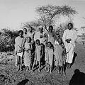 COLLECTIE TROPENMUSEUM Groepsportret van een Masai familie bij Kajiado TMnr 20014280.jpg
