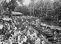 COLLECTIE TROPENMUSEUM Markt aan de rivier bij Pantaihambawang in Kalimantan TMnr 10002484.jpg