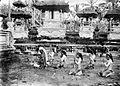 COLLECTIE TROPENMUSEUM Nji Tjalon Arang zoekt met haar sisia's het aangezicht van Batari Doerga in een dodentempel op Bali TMnr 10001223.jpg
