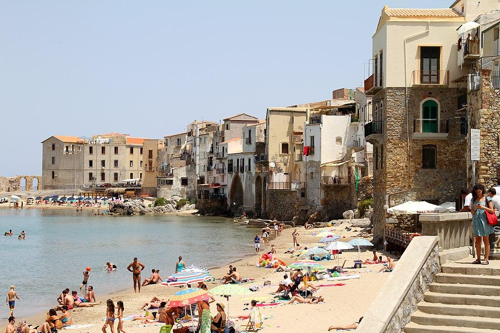 Plage de Cefalu à 1h de Palerme. Photo de Carlo Pelagalli