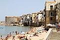 Cefalù, la spiaggia, verso nord, con le case dell'antico borgo. - panoramio.jpg
