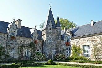 Morbihan - Image: Château de Rochefort en Terre (cour 1)