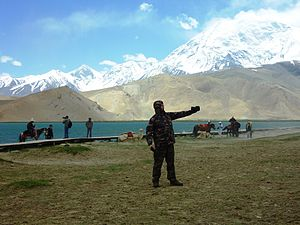 Karakul (China) - Image: Chinese Tourists at Little Karakul Lake