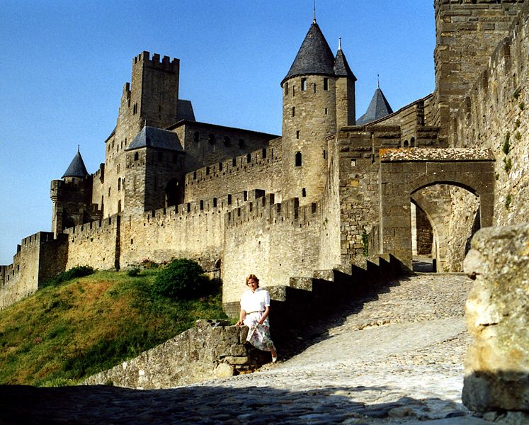 File:Cité de Carcassonne, woman on wall.jpg