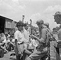 Controle op wapens van Indonesische treinreizigers door Nederlandse militairen, Bestanddeelnr 255-6758.jpg