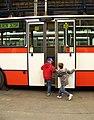DOD DOZ Hostivař, hala, děti a dveře autobusu.jpg