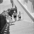 De kinderen van gouverneur Struycken, v.l.n.r. Pia, Thomas en Huib op weg naar d, Bestanddeelnr 252-2823.jpg