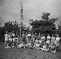 Deelneemsters poseren bij vlaggenmast, Bestanddeelnr 904-0973.jpg