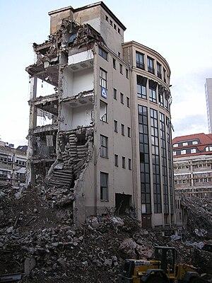 Česky: Demolice budovy v Lipsku. English: Dest...