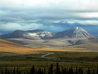 Der Dempster Highway in den Richardson Mountains