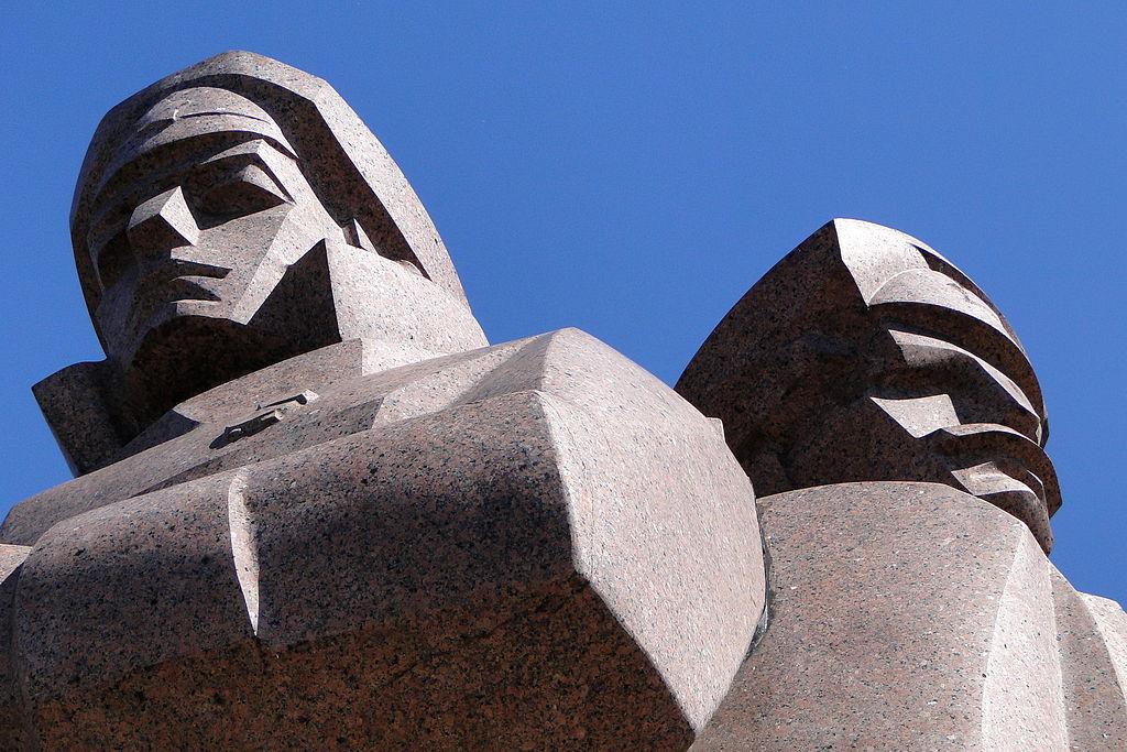 Monument soviétique : Statue des tirailleurs lettons dans la Vieille Ville de Riga en Lettonie. Photo de Adam Jones, Ph.D.