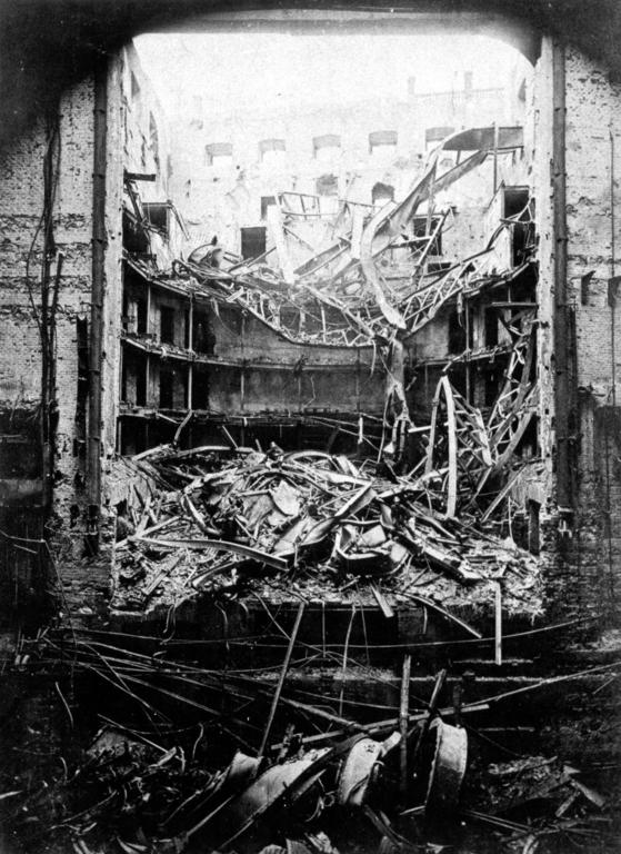 Opéra National de Prague en cendre après l'incendie de 1881. Photo de Jindřich Eckert