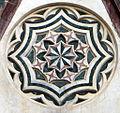 Duomo di firenze, medaglioni intarsiati in marmi policromi nei timpani delle finestre sui fianchi 04,1.jpg