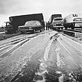 Een vrachtwagen is gedeeltelijk van de weg geraakt, Bestanddeelnr 926-8531.jpg