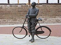 Elgar-Bicycle-Statue-by-Oliver-Dixon