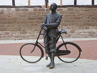 Classical composer Sir Edward Elgar lived in Hereford from 1904 to 1911. His association with the city is commemorated with this statue. Elgar-Bicycle-Statue-by-Oliver-Dixon.jpg