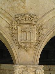 Escudo de la ciudad en fachada nueva del Ayuntamiento.jpg