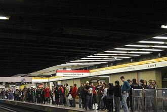 Los Héroes metro station - Image: Estación Los Héroes andén L2