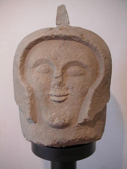 Fragment rzeźby przedstawiający głowę etruskiego wojownika