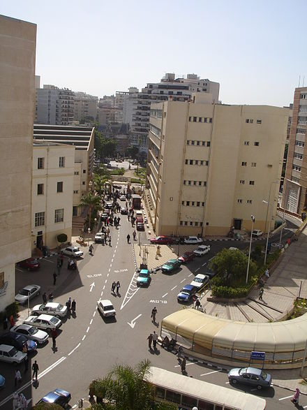 a4bdfd187 مُستشفى الجامعة الرئيسي في منطقة الأزاريطة في الإسكندرية.