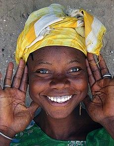 لقطة مُقرَّبة لِوجه فتاةٍ من مدينة سيريكوندا في غامبيا