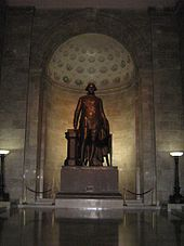 Photo en couleurs d'une statut en bronze de Georges Washington.