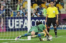 Buffon para il rigore di Ashley Cole nei quarti di finale del campionato d'Europa 2012 contro l'Inghilterra