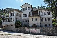 Gjirokastra - Enver Hoxhas Geburtshaus und Museum.jpg
