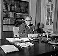 Hans Hedtoft achter zijn bureau op het ministerie, Bestanddeelnr 252-8965.jpg