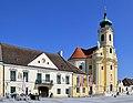 Laxenburg Pfarrkirche mit Rathaus.jpg