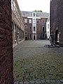 Leiden - Kinderweeshuis zicht op binnenplein.jpg