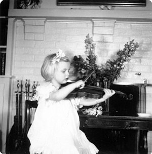 Helen Armstrong (violinist) - Image: Littlemomplaying