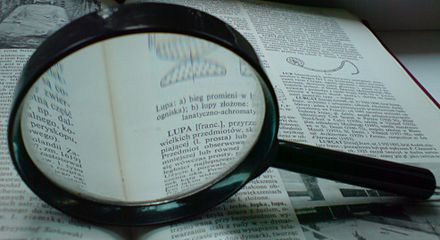 The power of a magnifying glass is determined by the shape and refractive index of the lens. Lupa.na.encyklopedii.jpg