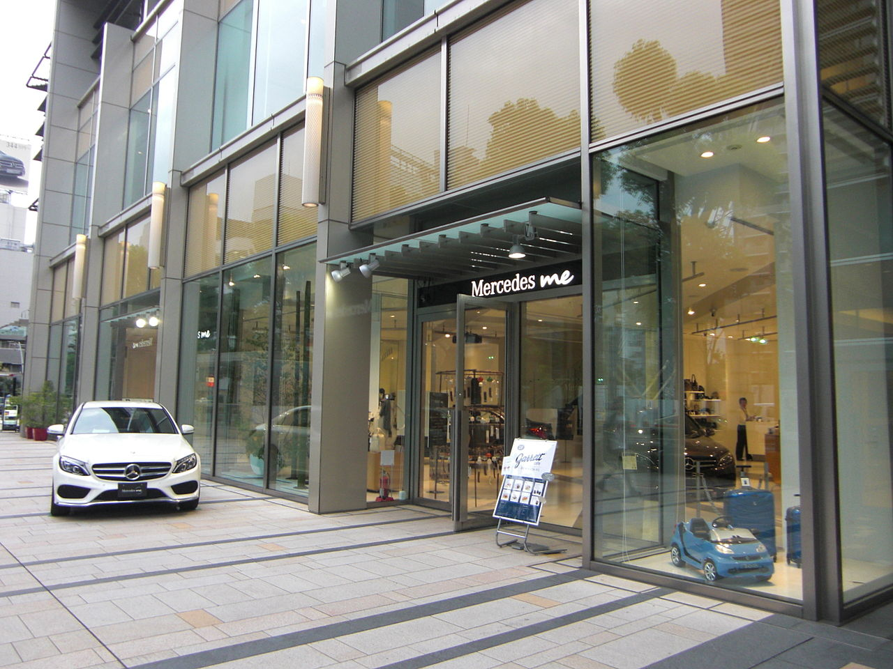 File mercedes me tokyo jpn 01 jpg wikimedia commons for Mercedes benz retail careers