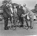 Minister Opperman in Nederland, hier met oudwielrenners v.l.n.r. Pijnenburg, Ble, Bestanddeelnr 917-8335.jpg
