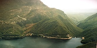 Crotty, Tasmania - Aerial photograph of Mount Jukes, Lake Burbury and Crotty Dam in early 2000s.  The water of the dam in the lower left hand side of photograph is located approximately at the northernmost part of Crotty townsite plans