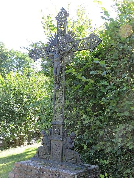 Croix de chemin près des ruines de l'ancienne abbaye.