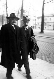 Albert Einstein et Niels Bohr, Congrès Solvay de 1930.